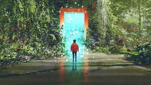Person er på vej ind i en anden verden gennem en dør i en skov