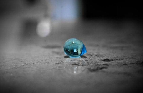 Barndommen er lige så delikat som en blå dråbe på gulvet