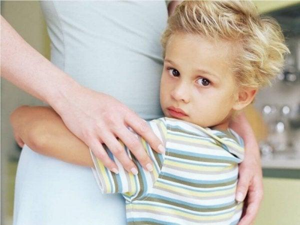 Et barn krammer sin mor, der viser afhængighed