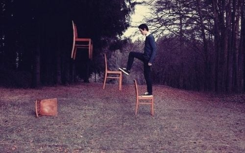 Mand går på svævende stole