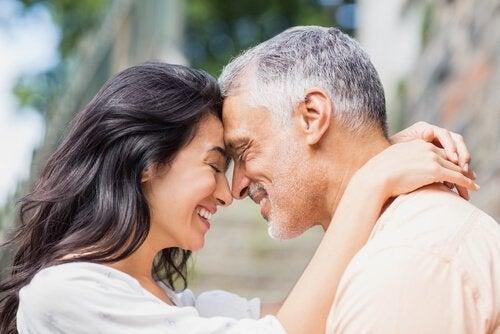 Et par kigger på hinanden med ægte venlighed