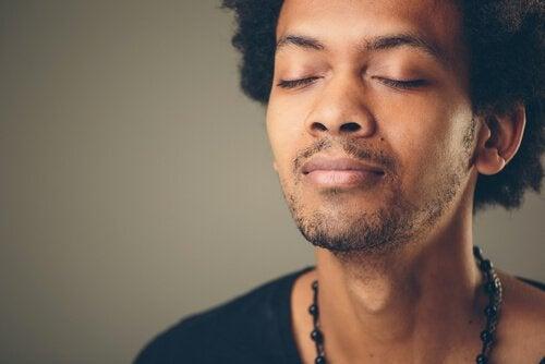 Mand udnytter, at eEn kontrolleret vejrtrækning kan dulme angst