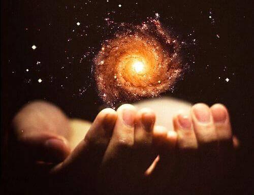 hænder med galakse repræsenterer tilfældigheder