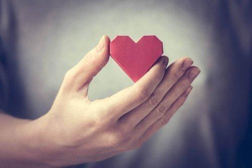 Hånd holder hjerte
