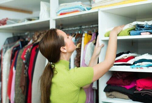 kvinde skal finde tøj i klædeskabet