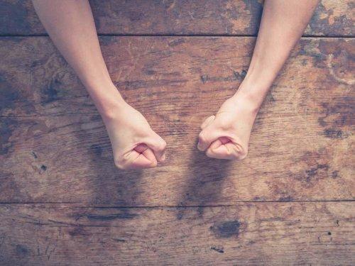 Knyttede næver viser problemer med at kontrollere vrede