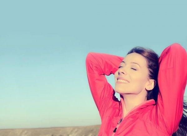 En glad kvinde, som ikke behøver at bevise noget for nogen