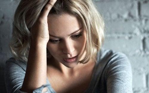 kvinde, der lider af misbrug