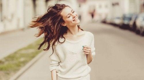 Kvinde smiler, mens hun går