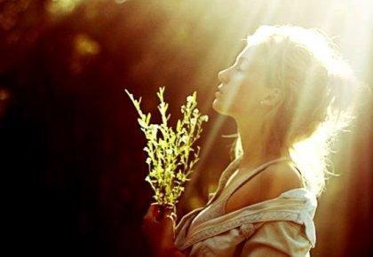 Kvinde i sollys, der har fundet fristed for at bevare indre ro