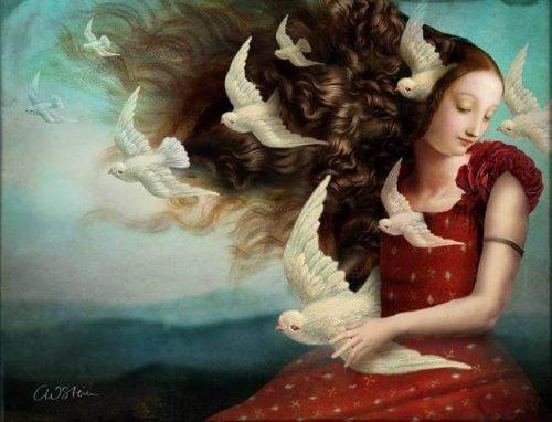 Kvinde med stort hår og hvide fugle flyvende omkring