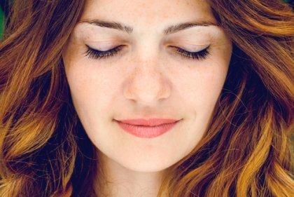 Kvinde lukker øjne for at bevare indre ro