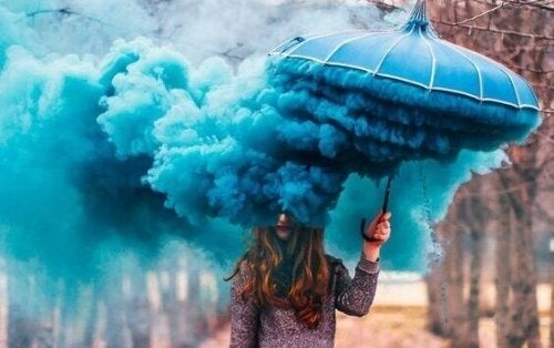Kvinde med parasol med røg, der symboliserer, at følelser tager over