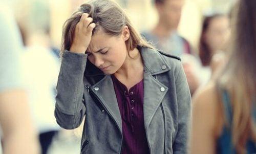 Kvinde, der tager sig til hoved, oplever angst