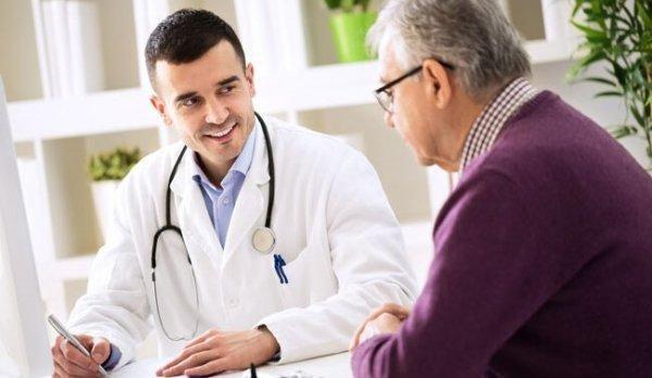 Læge og patient illustrerer, at i onkologi er empati vigtigt