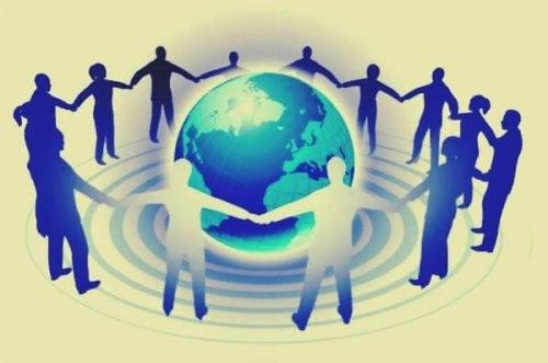 Mennesker holder hånd rundt om kloden