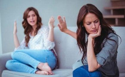 To kvinder skændes