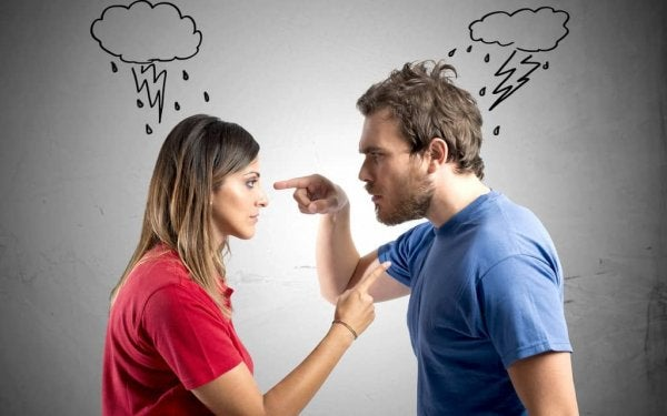 Et par der skændes, og peger fingre ad hinanden, hvilket er en af de typiske fejl i skænderier