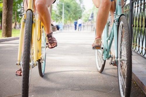 To venner kører på deres cykler
