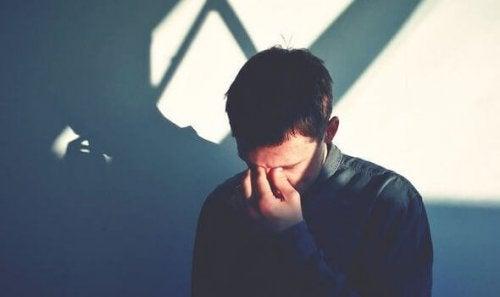 En mand græder, fordi følelser tager over