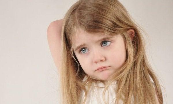 Trist pige, der har følelsesmæssigt fraværende forældre