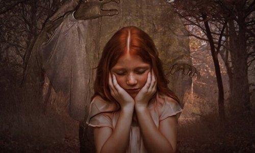 trist pige i en skov