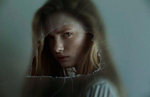 Kvinde med dystert blik symboliserer bitre mennesker
