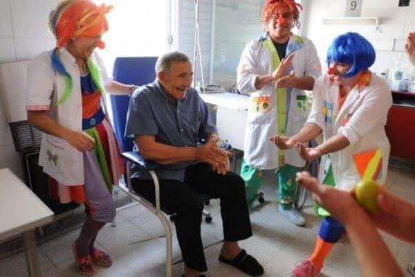 Hospitalsklovne anvender de forskellige fordele ved latterterapi