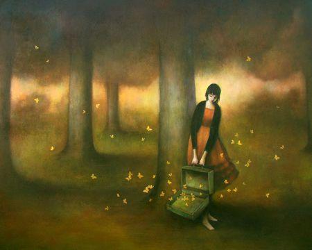 Kvinde lukker sommerfugle ud i skoven for at komme videre