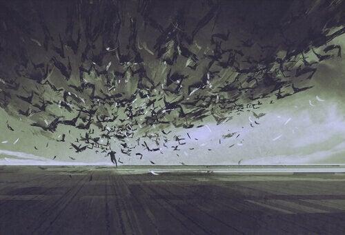Mand løber fra stor flok af fugle