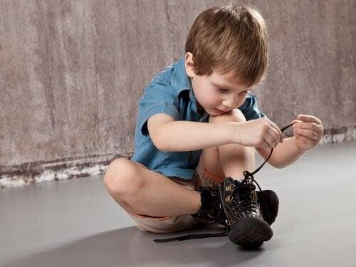 En dreng snørrer sine snørrebånd