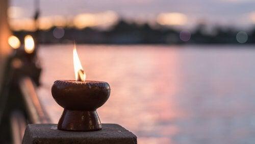 Et brændende lys foran havet