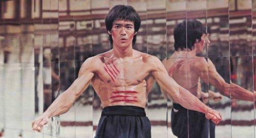 Bruce Lee med sår på maven