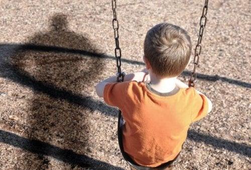 Trist dreng på gynge har oplevet omsorgssvigt