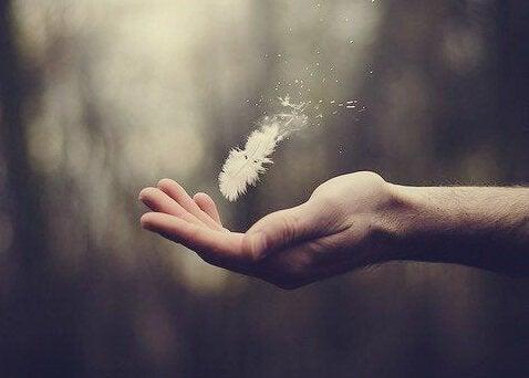 Denne fjer i en hånd repræsenterer en forståelse af æstetisk intelligens