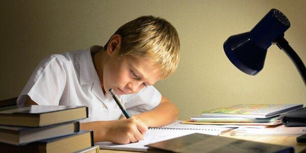 Dreng er ved at lave lektier