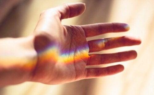 Regnbuelys på en hånd