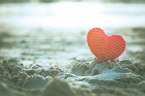 Hæklet hjerte i sand