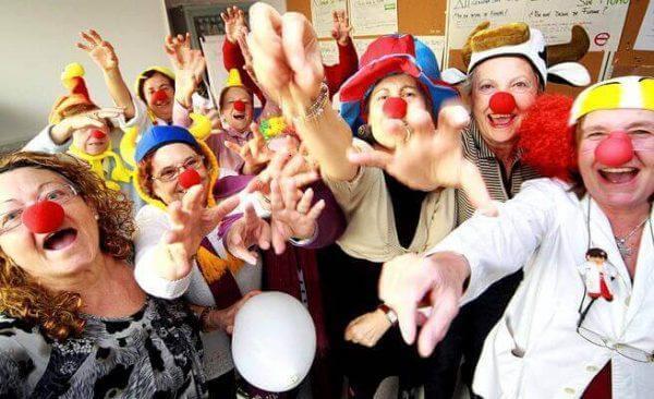Mange hospitaler rundt om i verden har klovne til at opmuntre patienterne, da de anerkender fordele ved latterterapi