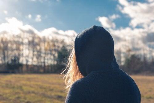 Kvinde alene i landskab lider af antisocial personlighedsforstyrrelse