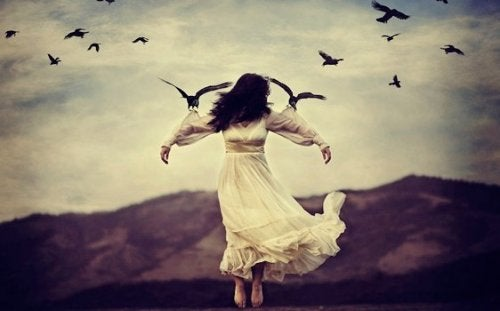 En kvinde bliver holdt op af fugle