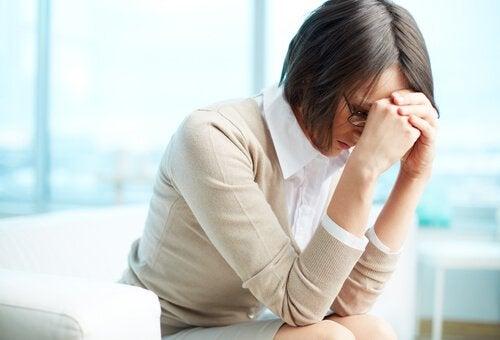 En stresset kvinde på arbejdspladsen