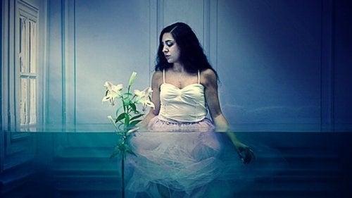 Kvinde i et rum fyldt med vand