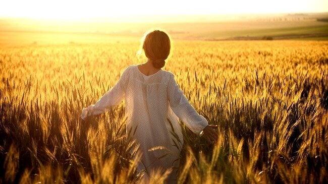 Kvinde på mark i sollys