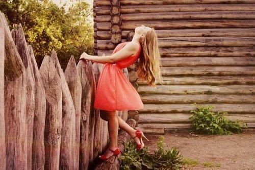 Kvinde i rød kjole udtrykker individualitet med tøj