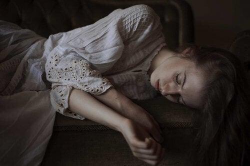 En kvinde med ekko personlighedsforstyrrelse liggende på en sofa