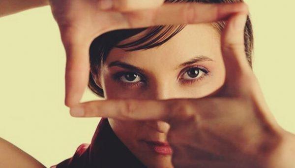 Kvinde danner firkant med fingre for at centrere sine øjne