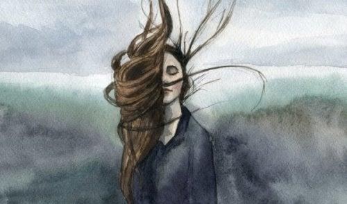 kvinde med håret hen over øjnene