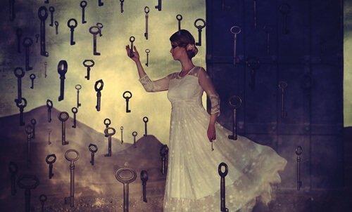 Kvinde vælger mellem forskellige nøgler