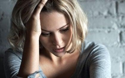 En kvinde tænker over hendes mentale helbred